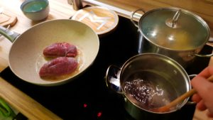 Omáčka z redukcie červeného vína a pomaranča a kačacie prsia na panvici