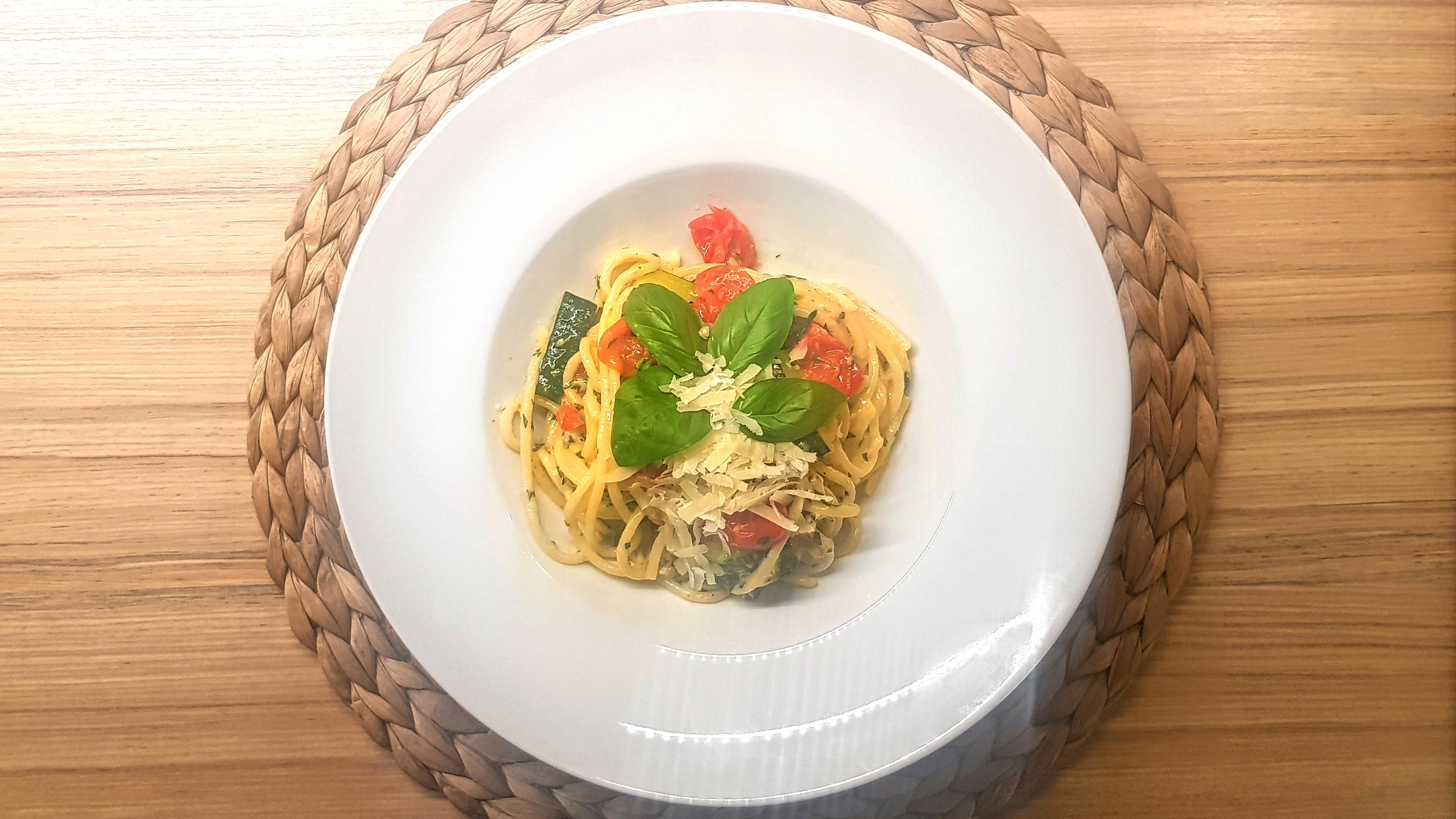 Parmezánové špagety s rajčinkami a cuketou