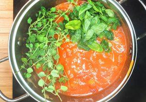 Paradajková polievka s čerstvou bazalkou a oreganom