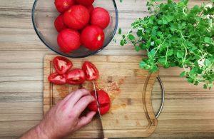 Lúpané paradajky nakrájame