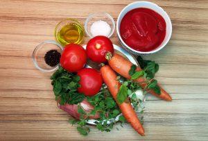 paradajková polievka suroviny: 2kg čerstvých paradajok, 2 mrkvy, šalotka, cesnk, lúpané paradajky, koreniny