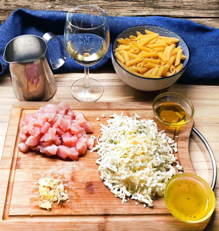 Nivová omáčka - pripravenie surovín na omáčku s kuracím mäsom: nastrúhaný syr, kuracie mäso, cesnak, víno, smotana