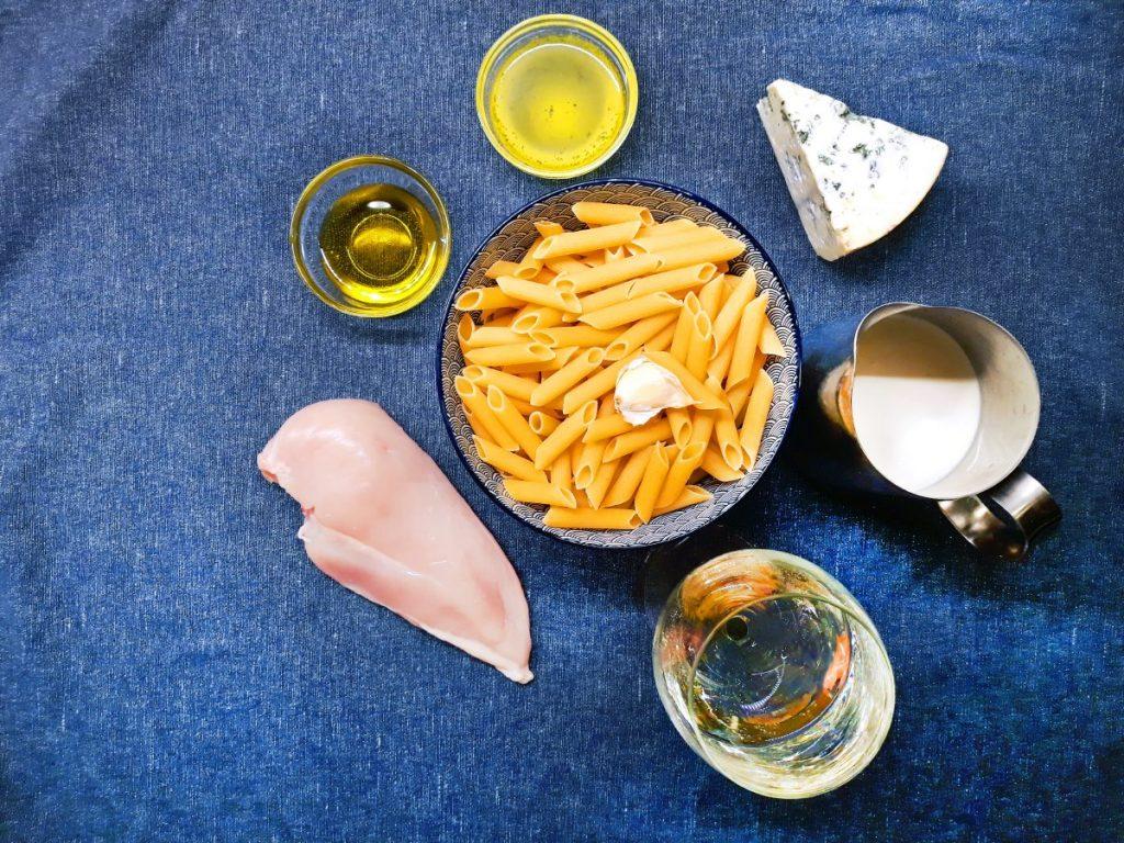 Suroviny pre recept nivová omáčka - syr niva, smotana, víno, kuracie mäso, cestoviny, cesnak